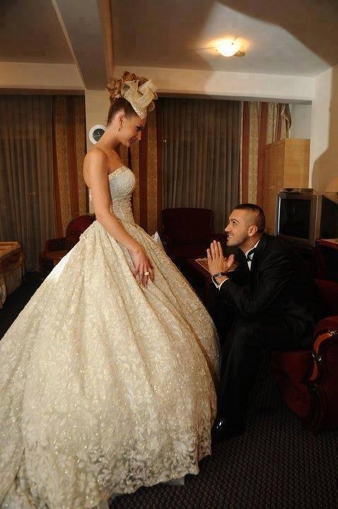Vestido de novia elegante y moderno con encajes