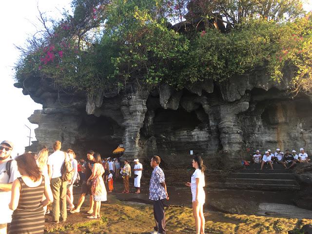 岩の下には聖水が湧く泉があるとか