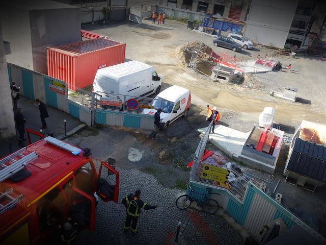 12h58 : Tiens, y'a les pompiers qui déboulent sur le chantier du métro Place Saint-Germain !