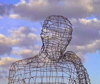 cabeza de alambre que emula a un pensador.