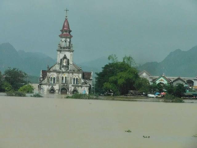 Nhiều ngôi Thánh Đường chìm trong nước lũ - Ảnh minh hoạ 7