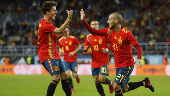 David Silva and teammates celebrate a goal