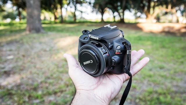 Kamera DSLR terkecil dan teringan di dunia Canon EOS 100D (Rebel SL1). Kamera ini memiliki berat 407 gram namun dibekali dengan fitur menarik seperti Sensor CMOS 18 megapixel, prosesor Digic 5, HD video 1080p. harga kamera ini sekitar 7 juta rupiah