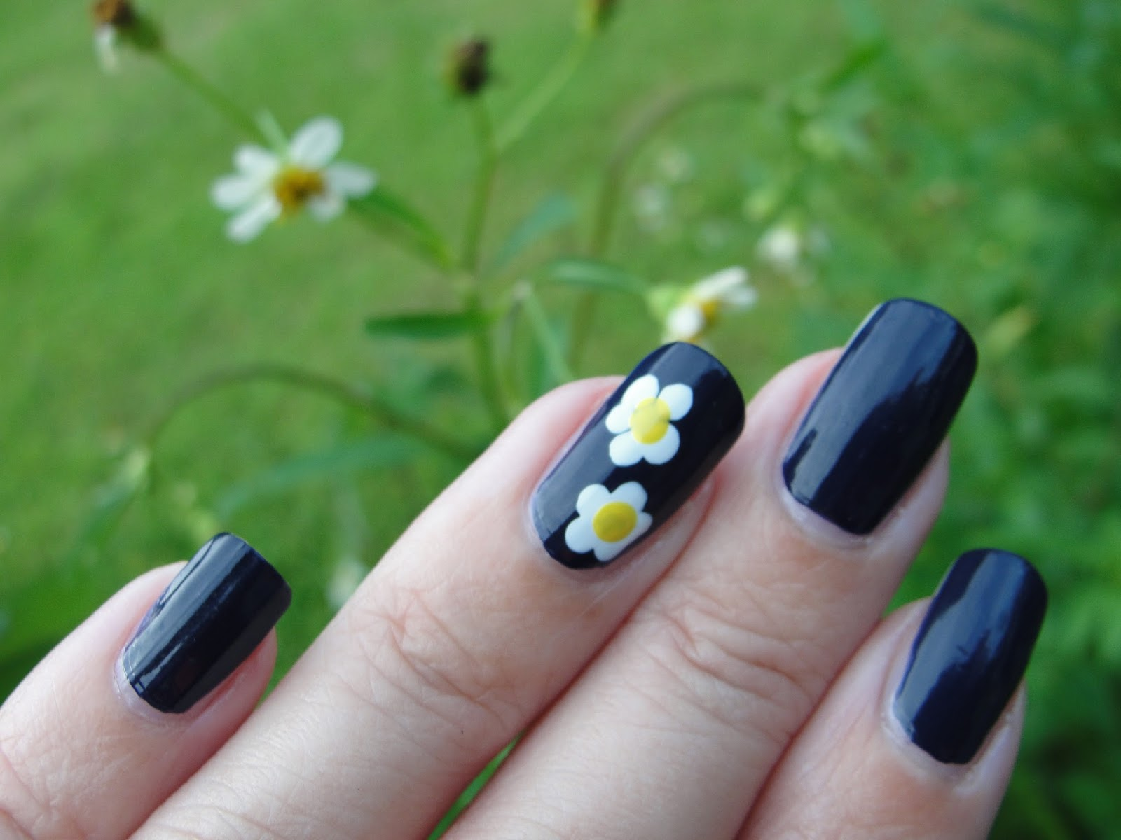 How to draw daisies on nails!