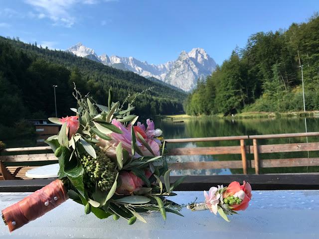 Brautstrauß am See, Happy colors summer wedding lake-side in the Bavarian mountains, fröhliche Sommerfarbenhochzeit am Riessersee in Garmisch-Partenkirchen, Bayern