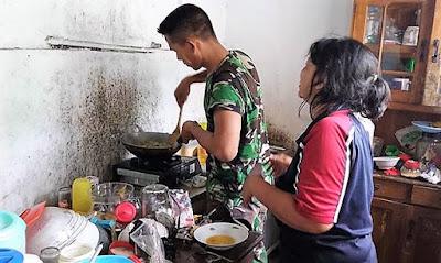 Sebagai Anggota Keluarga, TNI Satgas TMMD Juga Bantu Masak