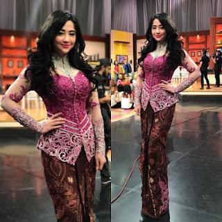 Kebaya Dewi Persik Warna Ungu Kombinasi Jarik Coklat Model Baju Artis Trend Terbaru