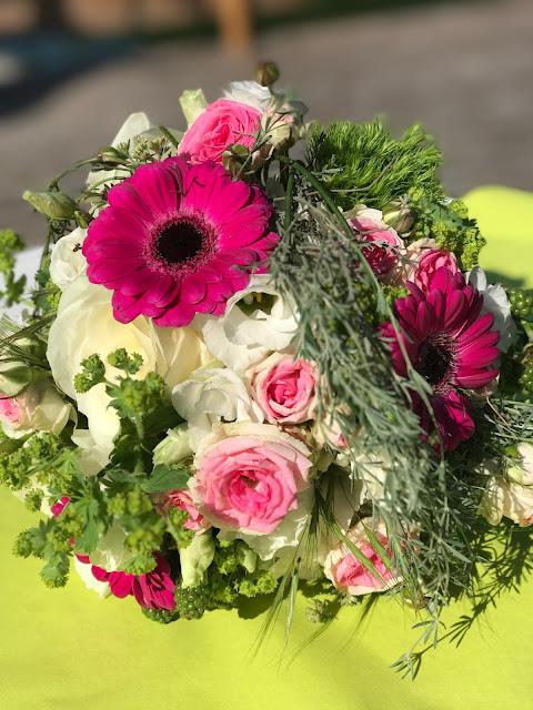 Brautstrauß von Passiflori Penzberg, Maigrün, Pink, Frühlingshochzeit in den Bergen am See, Hochzeitshotel Riessersee Hotel Garmisch-Partenkirchen, heiraten in Bayern, Hochzeitsplanerin Uschi Glas