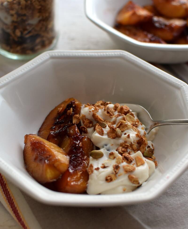 Nectarinas con yogurt y granola, ideal para comer en el desayuno