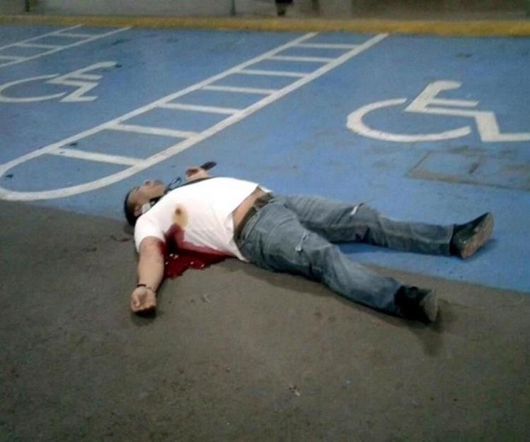 Ejecutan a dos en estacionamiento de centro comercial en Monterrey