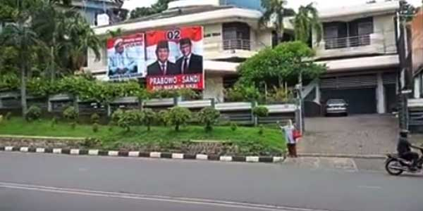 Viral, Ibu Ini Jaga Spanduk Prabowo-Sandi di Jateng