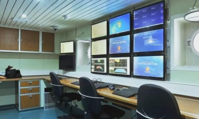 Gambar interior system komputerisasi canggih pada KRI Spica-934