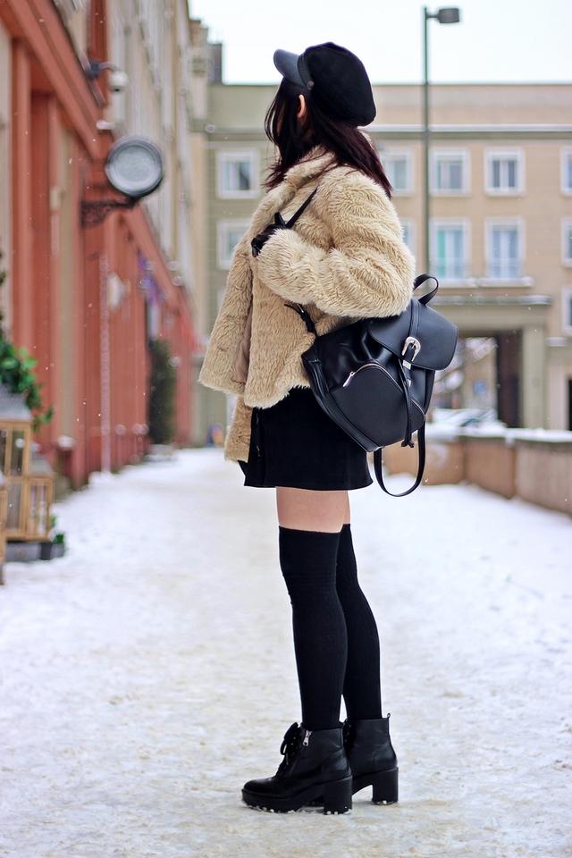 Jak nosić zakolanówki do krótkiej spódnicy