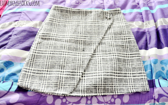 Details on the gridded houndstooth print asymmetric bodycon mini skirt from SheIn, a cute, ulzzang-style autumn-winter piece.