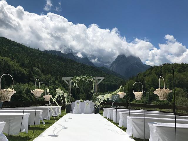 freie Trauung Berghochzeit, Sommerhochzeit in den Bergen von Garmisch-Partenkirchen, Riessersee Hotel ihr Hochzeitshotel in Bayern, Apfelgrün und Weiß, Hochzeitsplanerin Uschi Glas