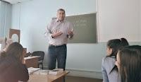 А. Ю. Подольський розповідає студентам про Голокост