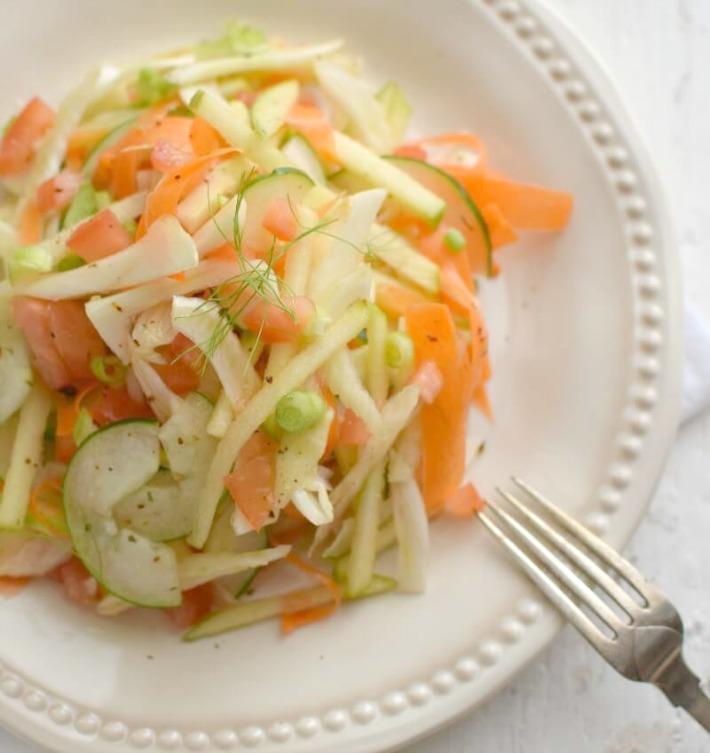 Ensalada de hinojo, zanahoria, pepino, tomate y manzana, muy refrescante y saludable