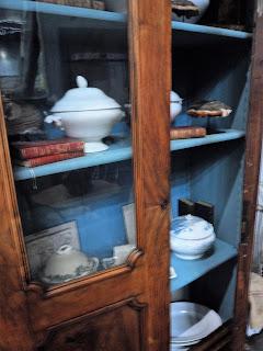vitrina con soperas en el desembalaje de bilbao