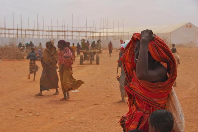 Menschen unter der Dürre leidend