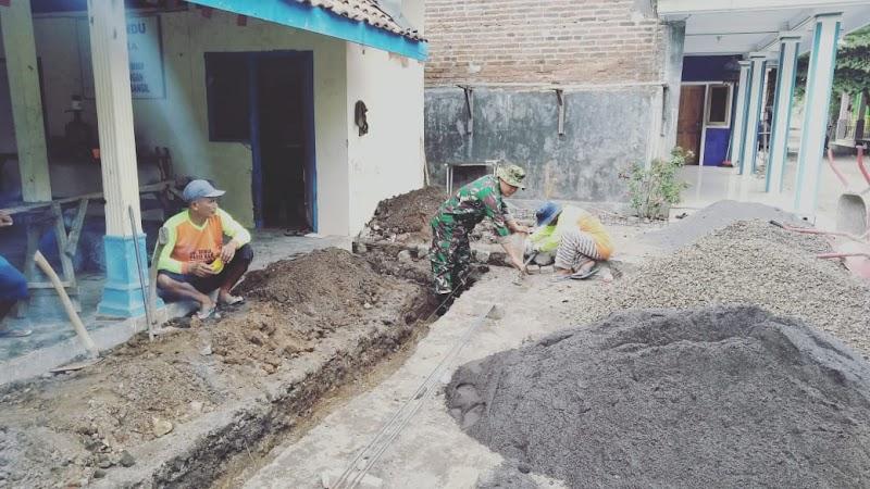 Babinsa Balung Bendo Bantu Warga Merehab Balai Desa