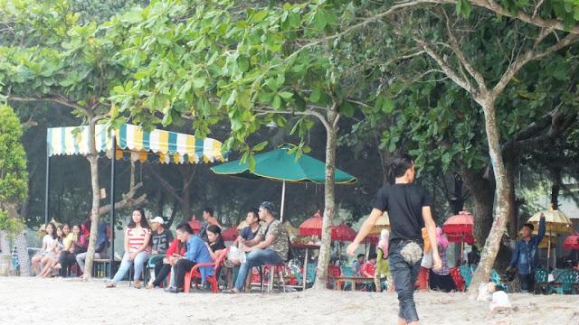 Kursi dan tenda disediakan pengelola untuk bersantap makan ala makanan laut