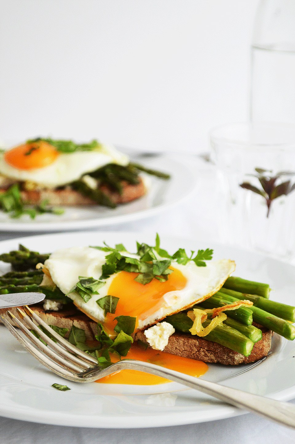 Asparagus and Eggs on Toast | https://oandrajos.blogspot.com