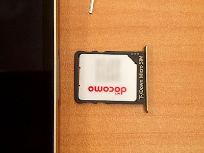 SIMカードをはめて差し込みます