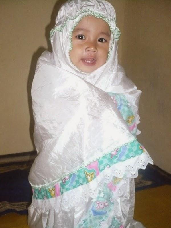 Bayi cantik shalat