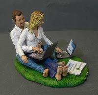 cake topper personalizzato sposi in camicia bianca seduti pc portatile orme magiche