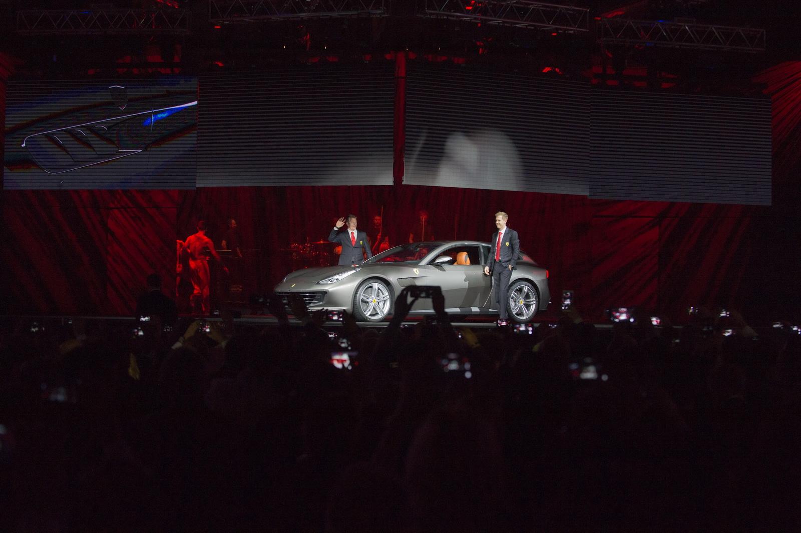 Vettel đích thân lái Ferrari GTC4 Lusso 2017 ra mắt