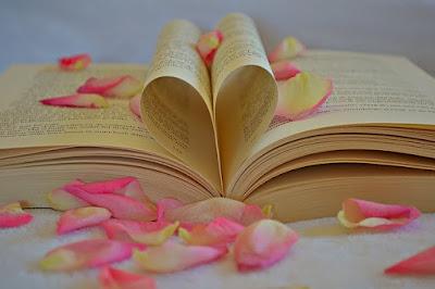 vieux-livre-pages-forme-coeur-petales-roses