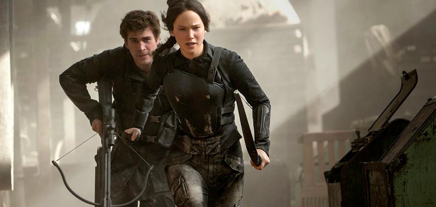 Jennifer Lawrence şi Liam Hemsworth în filmul Jocurile Foamei: Revolta - Partea I