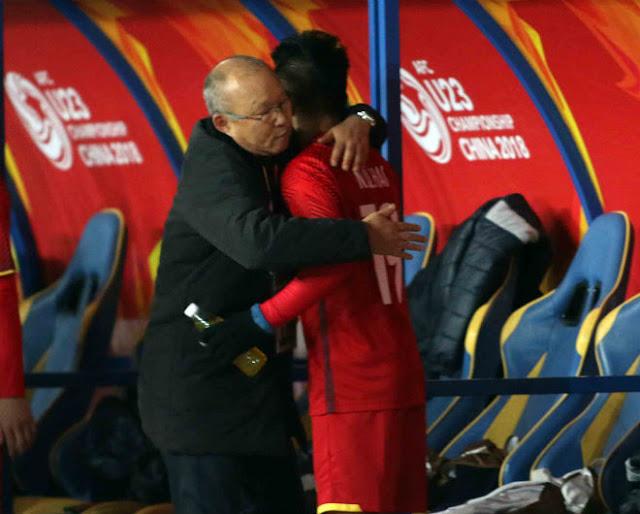 HLV Park Hang Seo chỉ đạo như Sir Alex, cãi nhau tay đôi với HLV Úc 11