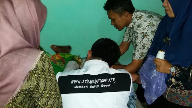 Pelaksanaan khitan gratis anak dhuafa di Kertosari oleh Team Kesehatan Lazismu Jember