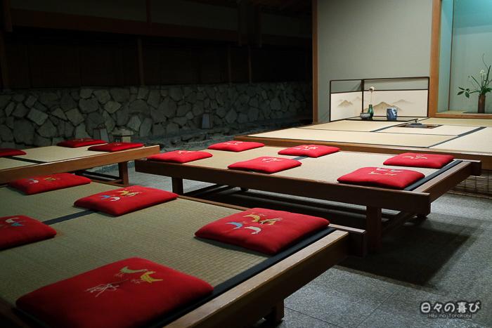 coussins alignés sur des tatamis au ryokan Mansuirou
