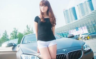 wanita lucu mudah mengambil mobil
