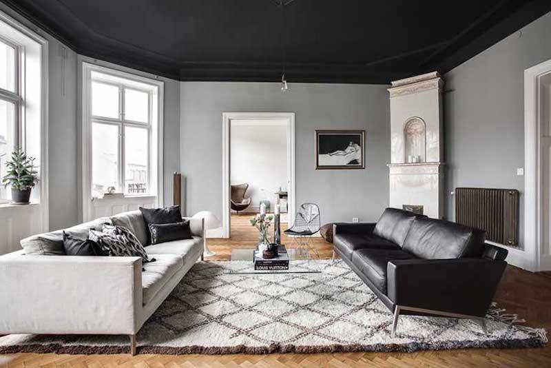 Hogar con techos pintado de negro