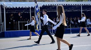 Θεσσαλονίκη: Mαθητές γυρίζουν στην εξέδρα των επισήμων και τραγουδούν το «Μακεδονία ξακουστή»