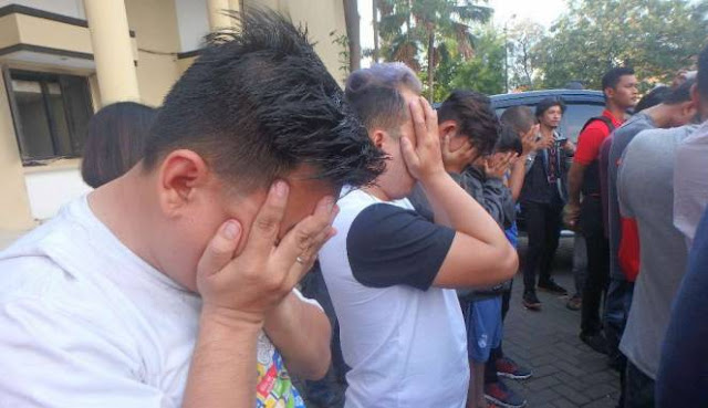 Allahu Akbar! Polisi dan FPI Bubarkan Pesta Gay di Surabaya