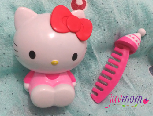 Hello Kitty dengan Sisir di Topinya.