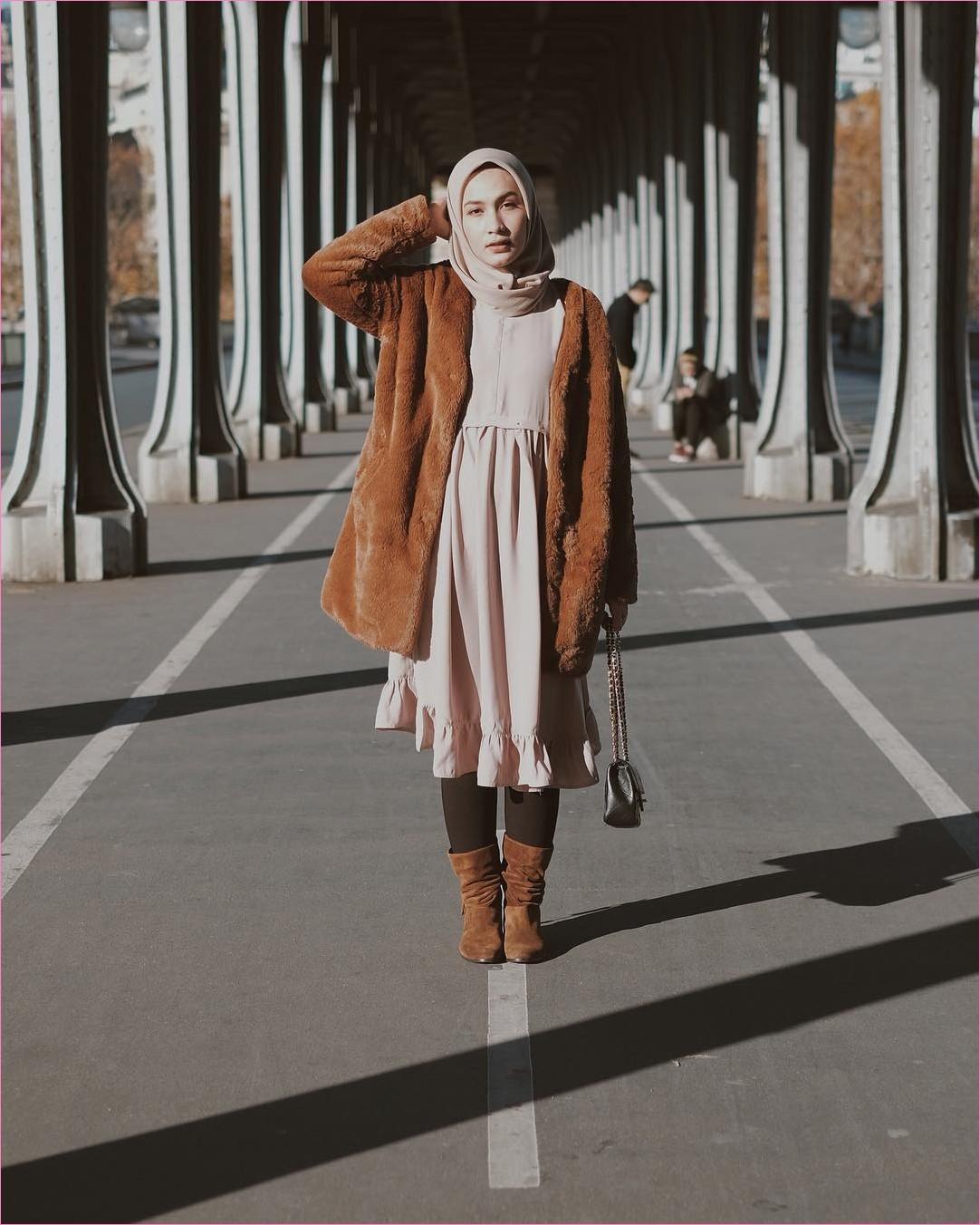Outfit Baju Traveler Berhijab untuk Keluar Negri Ala Selebgram 2018 boots jacket bulu oren tua dress abaya tunic baby pink legging coklat slingbags channel ootd outfit london trendy ciput rajut kerudung segiempat coat