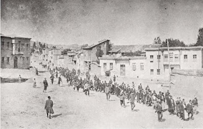 Αρμένιοι άμαχοι, οδηγούμενοι από ένοπλους Οθωμανούς στρατιώτες, περνώντας μέσα από το Χαρπούτ (Kharpert), σε μια φυλακή στην κοντινή Μεζιρέχ (Mezireh) σημερινή Ελαζίκ (Elazig), Απρίλιος 1915