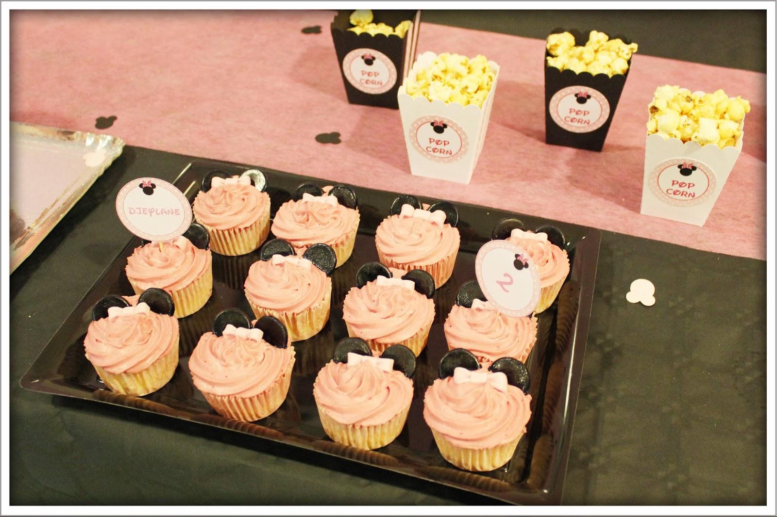 cupcakes roses et pots a pop corn personnalises