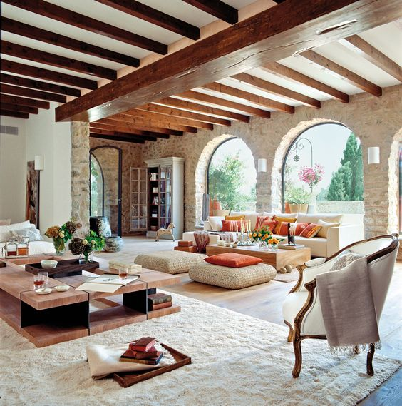completa la estancia con vigas de madera vista y muebles de estilo colonial o rstico