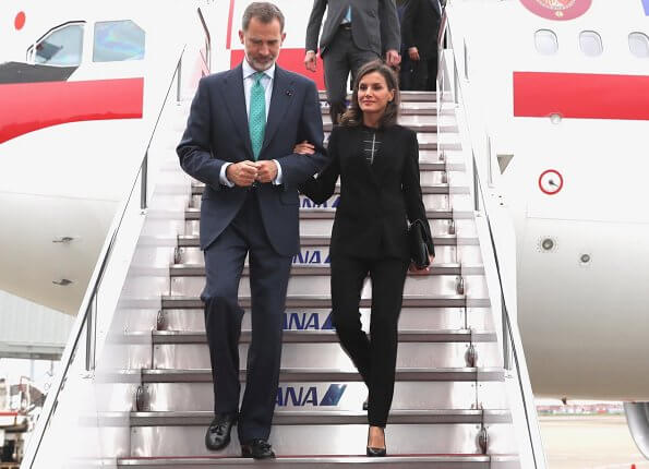 Queen Letizia wore Carolina Herrera black blazer and trousers, suit. Prime Minister Shinzo Abe was welcomed by King Felipe