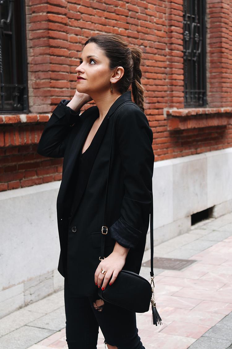 Outfit elegante negro con zapatillas