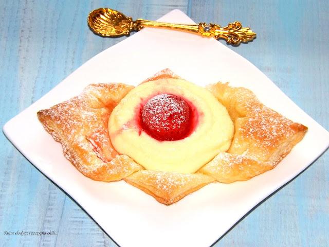 Ciasteczka francuskie z serem i truskawką.
