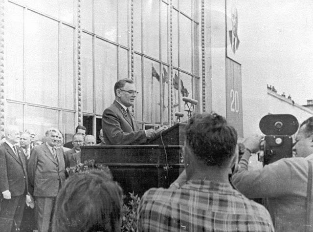 20 июля 1960 года. Рига. В день открытия нового пассажирского здания ж/д вокзала. Baltijas dzelzceļa priekšnieks Nils Krasnobajevs svinīgi atklājot jauno stacijas ēku, uzrunā visus klātesošos.