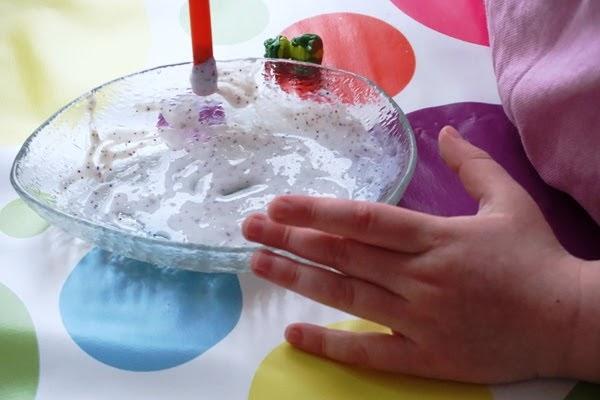 dzieci robią gluty - slime kolorowe z brokatem, jak robić z pianki, kleju bostik i perwolu bez boraksu