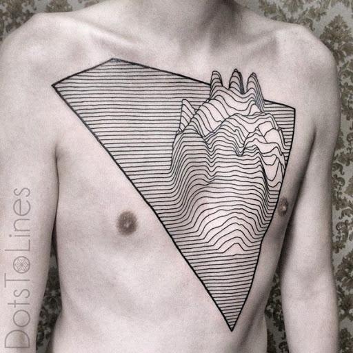 Topográficos linhas, utilizada para mostrar a diferença em elevação em um mapa, são retratados em que o portador do peito, com tinta preta e em este de tatuagem.